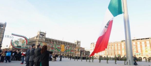 Rinden honores al pie del Zócalo capitalino a los fallecidos del movimiento estudiantil de 1968. - com.mx