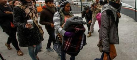 Migrantes de la caravana ya piden asilo en Estados Unidos. - lavozarizona.com