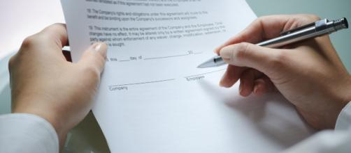 Decreto dignità: la stretta sui contratti a termine da domani in vigore e cambia molto per datori di lavoro e lavoratori.