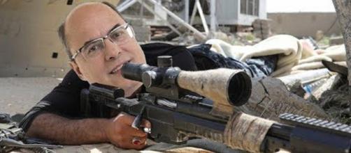 Wilson Witzel com um fuzil de longo alcance utilizado por snipers (Imagem: Reprodução/Youtube)