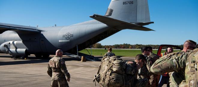 Agentes de Aduanas y Protección Fronteriza de EEUU se preparan para detener inmigrantes