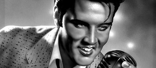 Elvis Presley causou controvérsia com suas coreografias ousadas para a época.