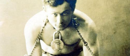 Harry Houdini, ou o grande Houdini foi o nome artístico de Ehrich Weisz, o cara que conseguiu enganar a todos, menos a morte.