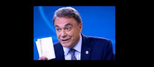 Presidenciável Álvaro Dias chegou a mostrar bilhete destinado a Lula, durante debate na TV Globo