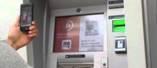 Il reddito di cittadinanza dovrebbe essere erogato attraverso un normale bancomat.