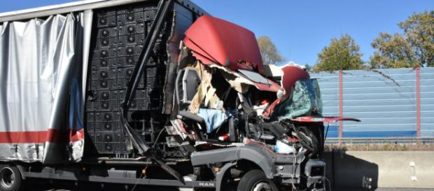Der Lastwagen krachte nahezu ungebremst in das Stauende. Foto: rn-aktuell.de/Friedrich