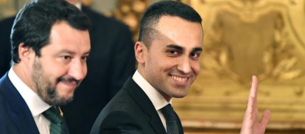 Salvini e Di Maio durante uan conferenza spiegano i punti fondamentali del Def