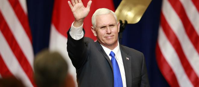 Mike Pence acusa a China de buscar la salida de Donald Trump