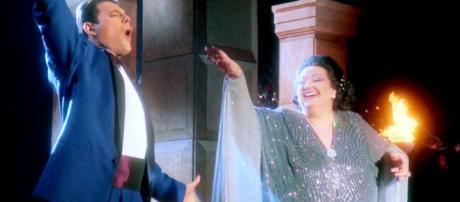 Freddie Mercury e Montserrat Caballe durante uma apresentação.