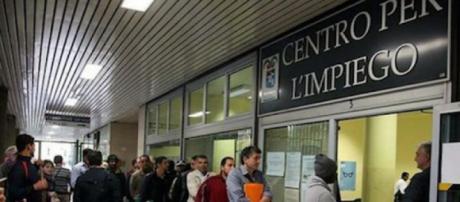 Reddito di cittadinanza, stranieri in fila a chiedere informazioni.