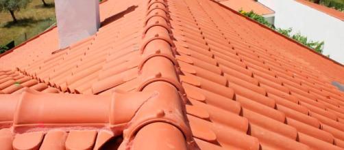 As principais vantagens da telha cerâmica são o isolamento térmico e a fácil limpeza e manutenção.