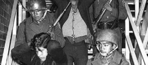 Estudiantes detenidos por el Ejército mexicano el 2 octubre 1968 en una infernal tarde