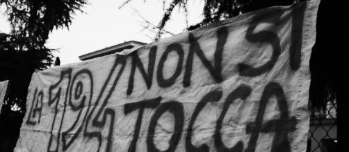 Fa polemica la mozione anti-aborto votata a Verona, la sinistra unita al grido di ''La 194 non si tocca''.