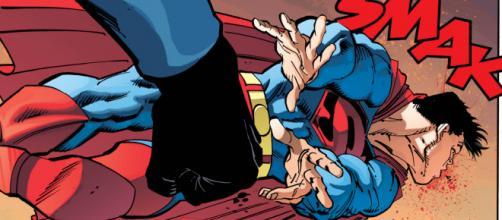 Superman sendo ferido com um soco.