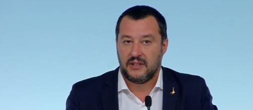 Matteo Salvini attraverso un post su Facebook ha espresso il suo punto di vista sui migranti in arrivo in aereo.