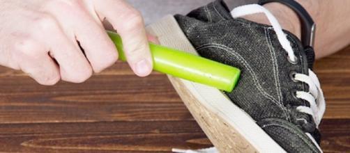 Passar cera nos calçados os tornam impermeáveis (Imagem: Reprodução/Incrível Club)