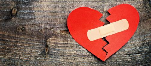 Quando um relacionamento acaba, o cérebro gera um estado de tristeza e dor.