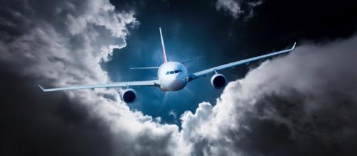 Respirar mais devagar e se imaginar em outro lugar são algumas formas de manter a calma em voos.