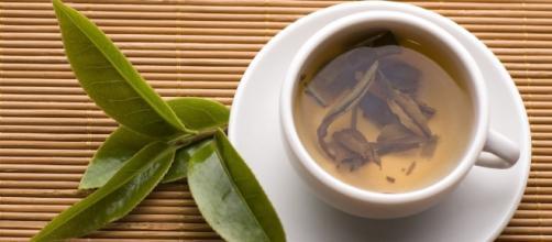 O chá verde é uma bebida com grande quantidade de polifenóis, assim como o café e o chocolate amargo.