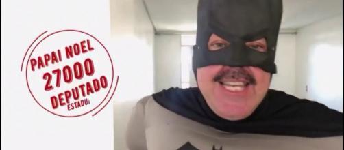Papai Noel, do Democrata Cristão, usou a fantasia de Batman para falar sobre candidatura