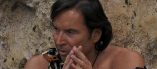 Valerio Merola all'interno della casa del Grande Fratello Vip