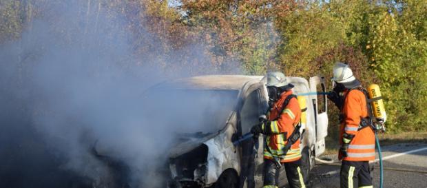 Der Kleintransporter brannte völlig aus. Foto: rn-aktuell.de/Riess