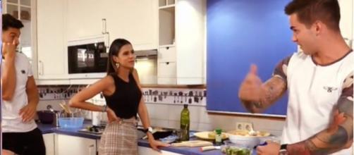 Álex le propone a Marina que sea su pretendienta