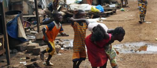 Em Conakry, Guiné, a falta de água é algo que a população enfrenta todos os dias.