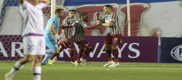 Com seu companheiro Everaldo, Luciano vibra após marcar gol da classificação (Foto: AFP)