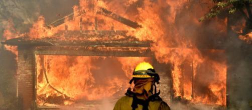 California in fiamme: vasti incendi a Los Angeles e Ventura