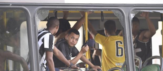 Ônibus que levava torcedores teve janelas quebradas.(foto reprodução).
