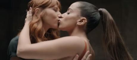 Anitta beija 24 pessoas, entre homens e mulheres, em novo clipe