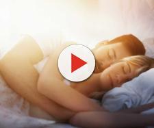 O jeito como um casal dorme pode revelar sobre a relação. (Foto: Reprodução Internet).