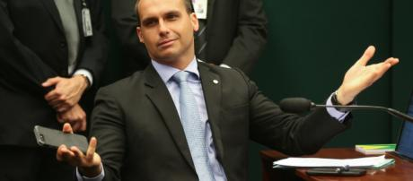 Deputado Eduardo Bolsonaro pretende criminalizar o comunismo no Brasil