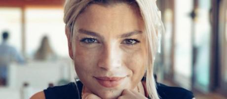 Emma Marrone smentisce il gossip: 'Non sono innamorata, per questo sono felice'.