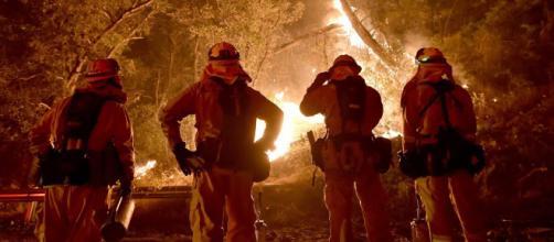 Bomberos en California trabajan sin descanso por apagar las llamas. - youtube.com