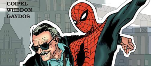 Stan Lee ao lado do Homem-Aranha, personagem criado por ele e Steve Ditko. (foto reprodução).
