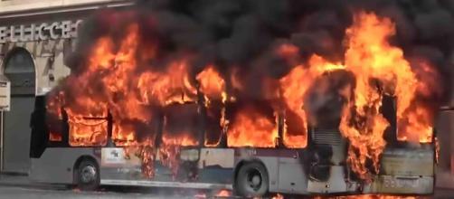 VIDEO – Roma, bus Atac in fiamme in via del Tritone: lo scoppio e ... - ternilife.com