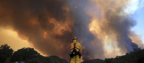 Equipos bomberiles ayudan a controlar incendios en California.