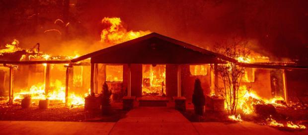 Varios muertos y 250.000 evacuados en los incendios de Woodlands Hills