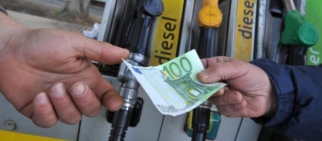 'La benzina costa 50 centesimi al litro', i calcoli su tasse e accise di Federcontribuenti