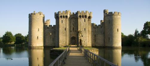 O Castelo de Bodiam fica localizado em East Sussex, Inglaterra.
