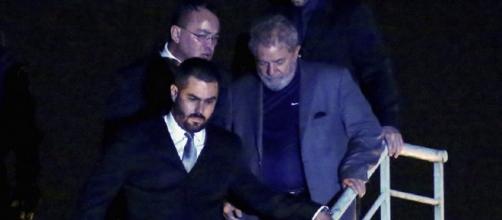 Prisão do ex-presidente Lula no mês de abril 2018 (Imagem: Reprodução/Veja)