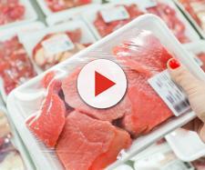 Carne scaduta venduta nei supermarket: il servizio delle Iene.