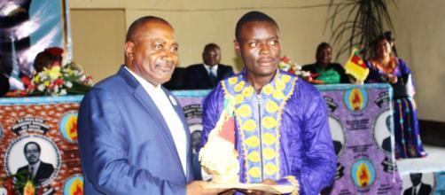 Le sénateur et un boursier à Ebolowa (c) Janvier Njikam