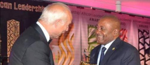 Remise de l'Award au sénateur camerounais (c) Janvier Njikam