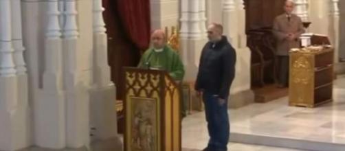 Momento en el que el hombre se cuela en directo en la misa. / TRECE