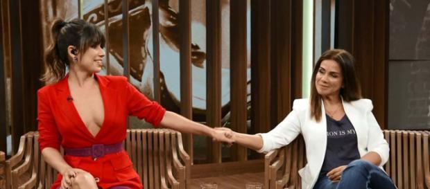 Paula Fernandes e a mãe, no Conversa com Bial - Reprodução/TV Globo