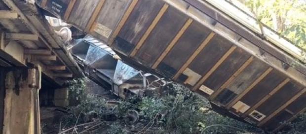 Uno dei vagoni deragliati in Georgia