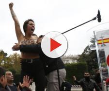 Una de las tres activistas de Femen que han irrumpido en el acto. / Álvaro García
